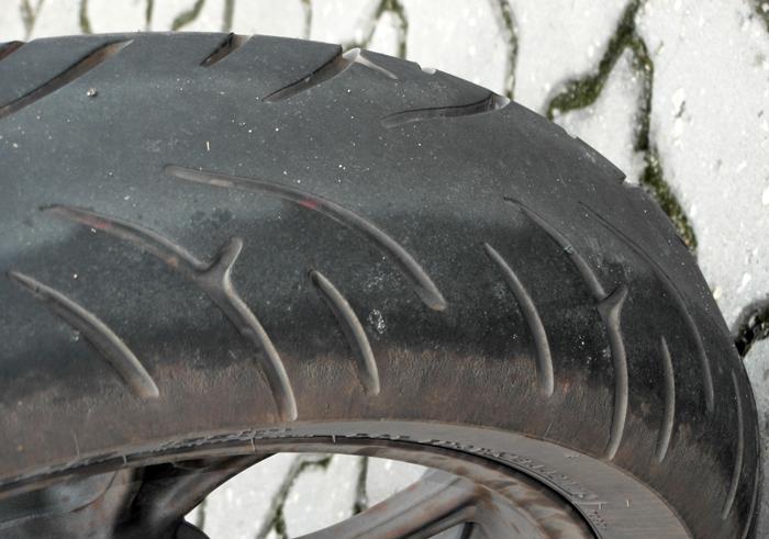 Porque o pneu da moto fica quadrado