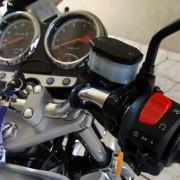 Punho direito e reservatório de fluído de freio