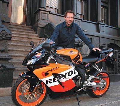 Gregory House e sua Moto - Ele é médico na série de TV Dr House M.D e usa a moto para ir trabalhar no hospital