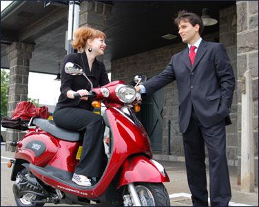Usando moto para trabalhar