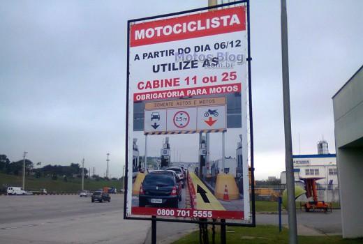 Placa informativa na praça de pedágio