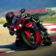 Yamaha YZF-R1 2012 Vermelha na pista de frente