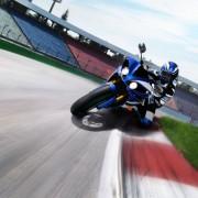 Yamaha YZF-R1 2012 Azul na pista de frente