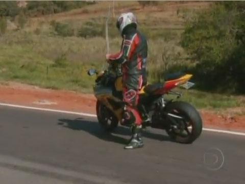 Motociclista sendo autuado