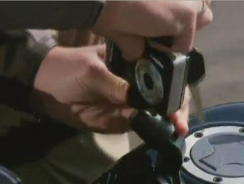 Retirando a câmera da moto