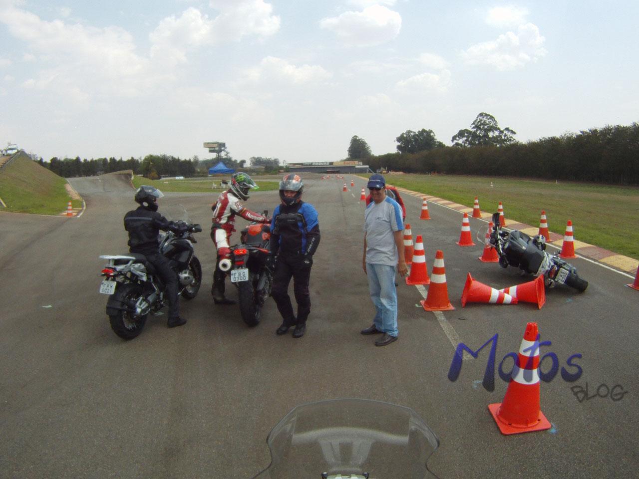 Moto caída no chão