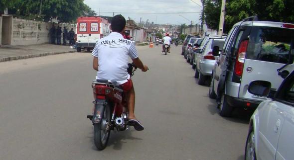 Moto sem placa, piloto sem equipamentos