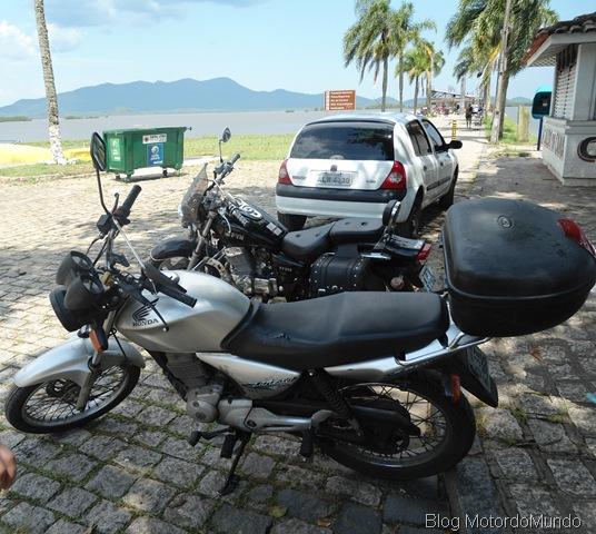 Pausa para um descanso merecido na sombra para as motos em Antonina.