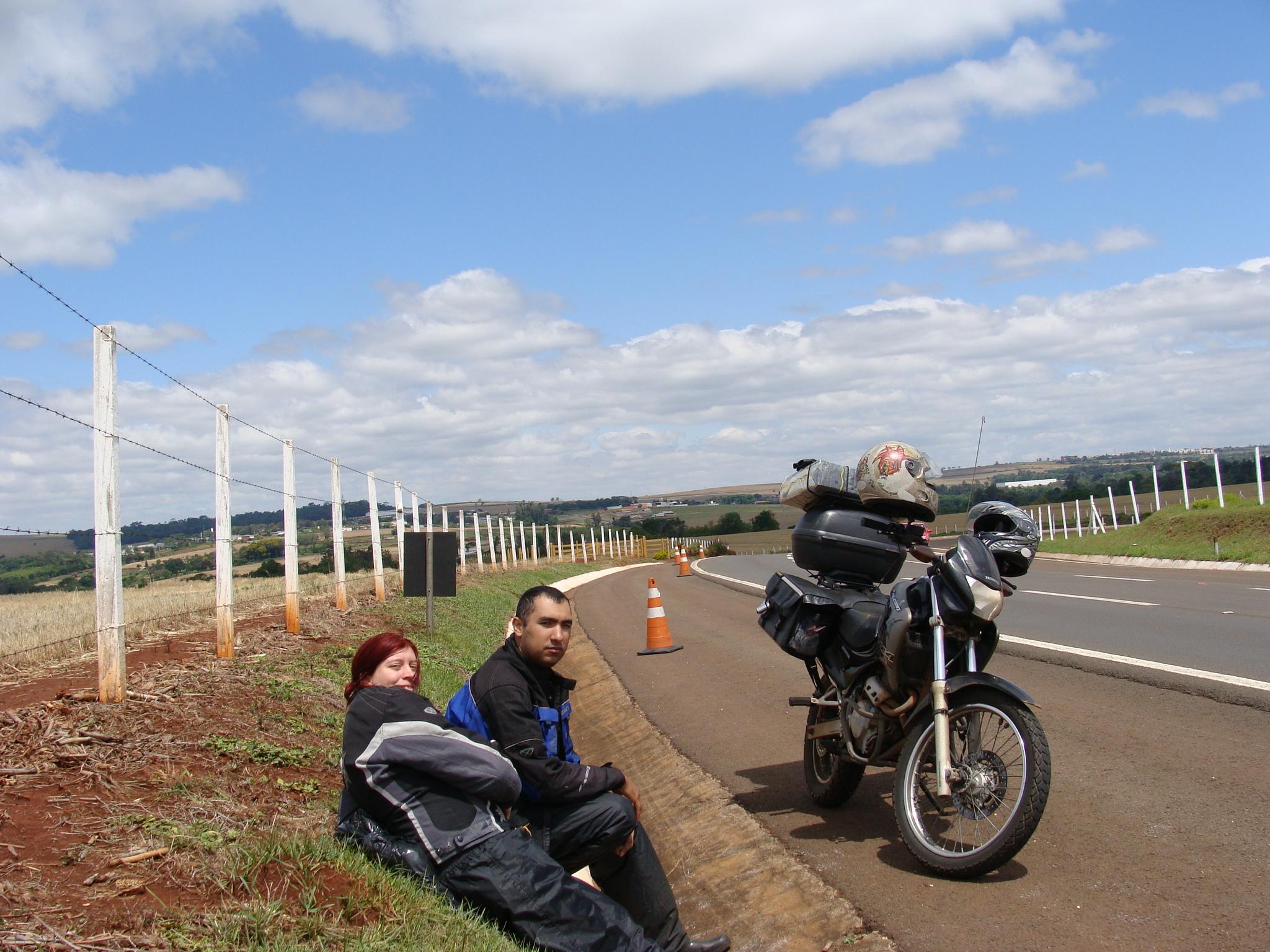 Eu e a Luana com a moto quebrada a 600 km de casa