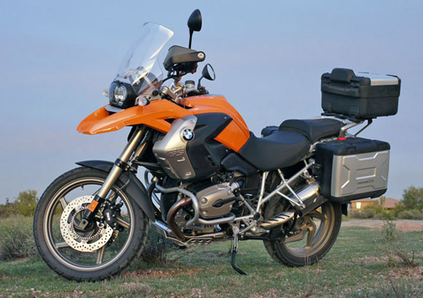 BMW R 1200 GS com malas laterais e top case
