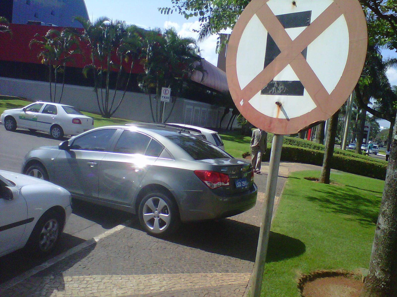 Carro de um embaixador estacionado em local proibido