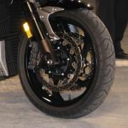 Yamaha V-Max - Duplo disco tipo margarida, pinças de 6 pistões, ABS