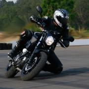 Yamaha MT-03 fazendo curva