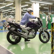 Linha de montagem da Yamaha YS250 Fazer 2012