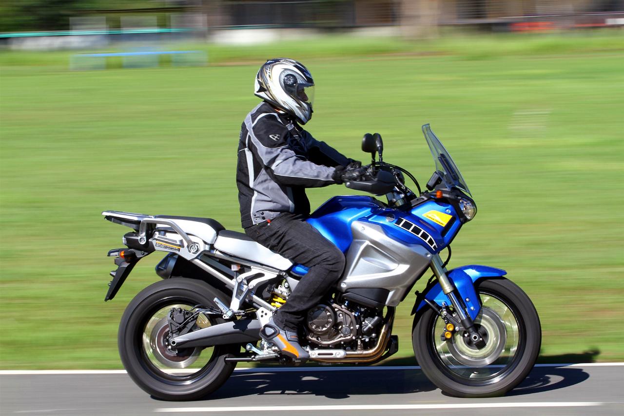 super t n r 1200 2012 piloto de lado motos blog. Black Bedroom Furniture Sets. Home Design Ideas