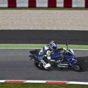 Yamaha YZF-R1 2012 Azul na pista direita