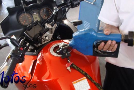 Enchendo o tanque da moto